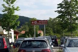 Oznake na parkirišču pred Sprejemnim centrom