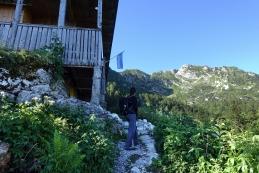 Pri Orožnovi koči na planini Za Liscem se odpre pogled na Črno prst...