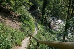 Pot skozi sotesko