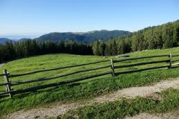 Pogled izpred pastirske koče proti Veliki planini