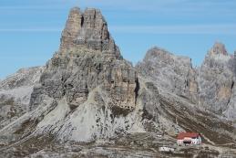 Koča Locatelli in vrh Torre di Toblin